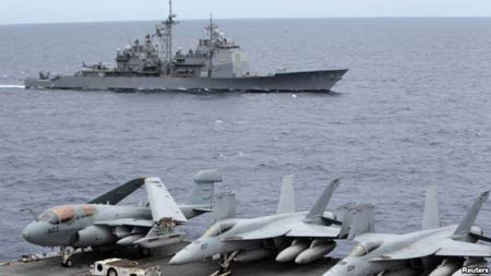 Tàu Cowpens vượt qua tàu sân bay USS George Washington trên Biển Đông trong một bức ảnh năm 2010.