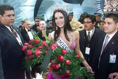 Monica Spear đăng quang Hoa hậu Venezuela năm 2004.
