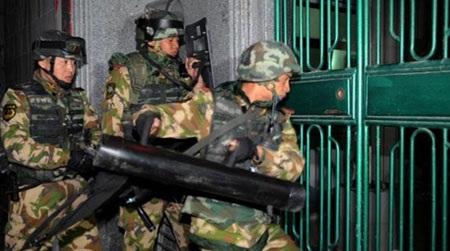 Hơn 3.000 cảnh sát và binh sỹ tham gia vào cuộc đột kích trước bình minh ngày chủ nhật vừa qua.
