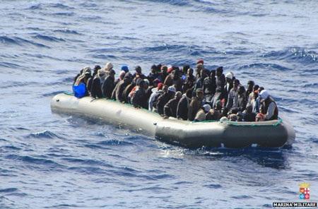 Những người nhập cư đi trên 8 thuyền cao su và 1 tàu để định vào Italia.