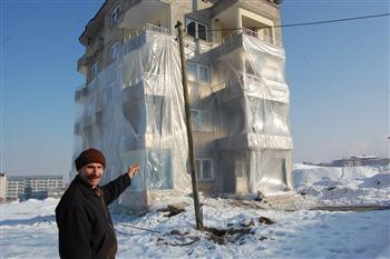 Nhờ bọc nylon mà Hüseyin Arme tiết kiệm được 30% tiền điện.