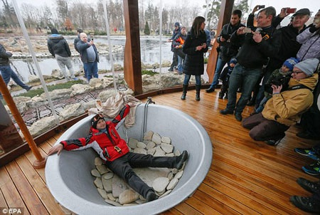 Người dân hiếu kỳ vào nơi ở của Tổng thống Yanukovych