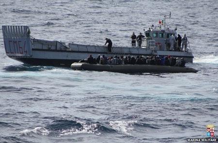 Hải quân Italia triển khai tàu đổ bộ cứu những người nhập cư.