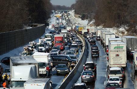 100 xe cắn đuôi nhau liên quan đến 2 vụ tai nạn.