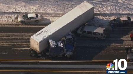 Vụ thứ nhất xảy ra vào khoảng gần 8h sáng, liên quan đến một chiếc xe kéo.