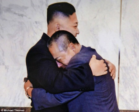 Ông Kim Jong-Un tái ngộ với ông Fujimoto năm 2012 (Nguồn: DM)