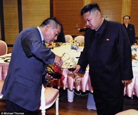 Ông Fujimoto rót rượu cho ông Kim Jong-Un trong lần tái ngộ năm 2012 (Nguồn: DM)