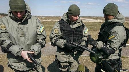 Lính Ukraine tập trận gần biên giới Ukraine.