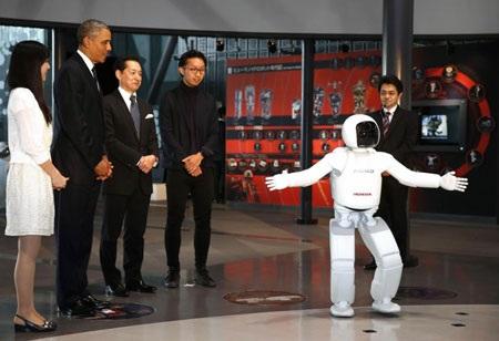 Asimo trình diễn kỹ năng nhảy trên một chân.