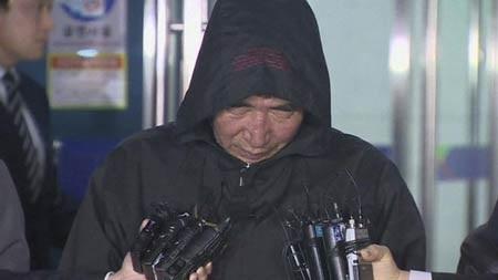 Thuyền trưởng phà đắm Hàn Quốc khi bị đưa tới đồn cảnh sát vào sáng nay 19/4.