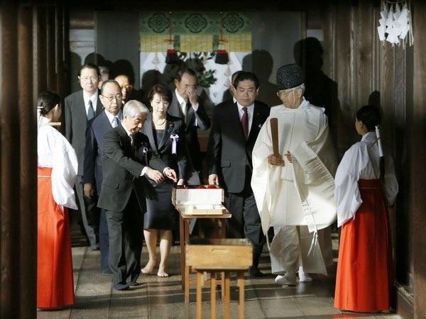 Nghị sỹ Nhật vẫn đến thăm đền Yasukuni bất chấp phản đối của Trung Quốc và Hàn Quốc.