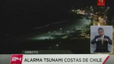 Phóng viên truyền hình Chile đưa tin về động đất.