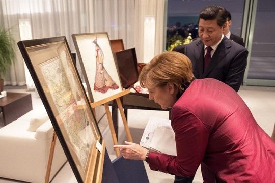 Thủ tướng Đức tặng tấm bản đồ cổ vẽ lãnh thổ Trung Quốc cho Chủ tịch Tập Cận Bình. Ảnh: Time.