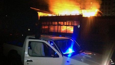 Một nhà hàng bốc cháy ở thành phố ven biển