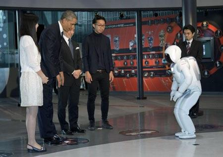 Asimo và Tổng thống Mỹ Obama cúi chào nhau.