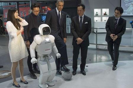 Tổng thống Obama đỡ quả bóng do Asiomo đá.