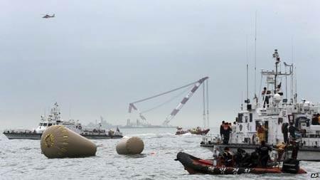 Đội cứu hộ dùng những chiếc phao lớn để đánh dấu vị trí phà chìm.