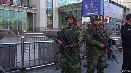 Nhà ga ở Địch Hóa đã được mở cửa trở lại dưới sự canh gác nghiêm ngặt của lực lượng an ninh.