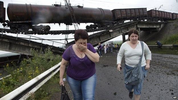 Một cây cầu dẫn vào thành phố Donetsk bị đánh sập.