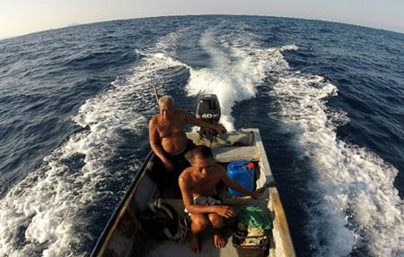 Ông Harun ra khơi cùng con trai Zuraini.Ảnh: AFP/TTXVN
