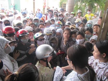 Nữ công nhân ngất xỉu trong cuộc đình công căng thẳng