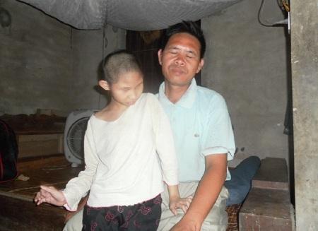 Thương vợ, thương con nhưng với đôi mắt mù lòa, anh Lục cũng không thể giúp gì được cho vợ