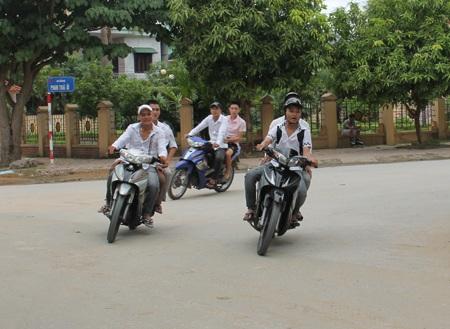 Tình trạng học sinh đi xe máy tới trường và vi phạm Luật ATGT diễn ra khá phổ biến ở TP Vinh