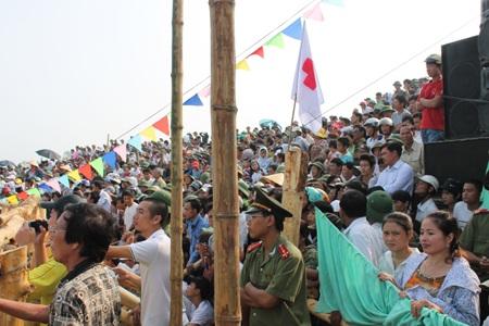 Hàng vạn khán giả tiếp tục có mặt để cỗ vũ các trận chọi trâu