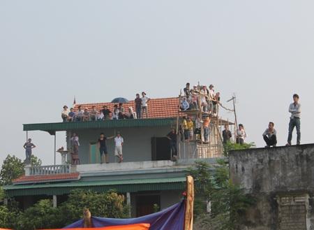 Hay trèo lên mái nhà, dựng cả giàn giáo trên tầng thượng