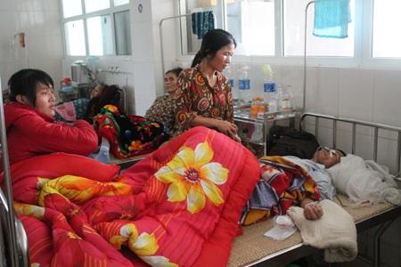 Thay vì sum vầy với gia đình, các con ông Truyền phải thay nhau túc trực ở bệnh viện với bố