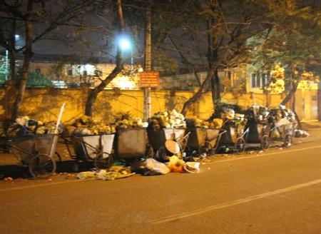 Học sinh lĩnh đủ vì rác thải tập kết trước cổng trường