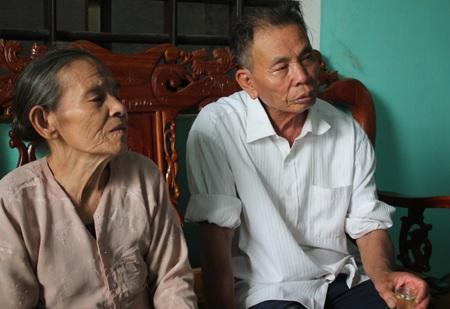 Bà Trần Thị Thông và chồng trò chuyện với Phóng viên