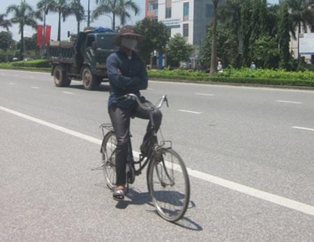 Liều lĩnh đi xe kiểu nguy hiểm vì nắng bỏng rát tay