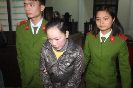 Nguyễn Hoài Thu bị dẫn giải ra khỏi tòa án sau khi phiên tòa kết thúc
