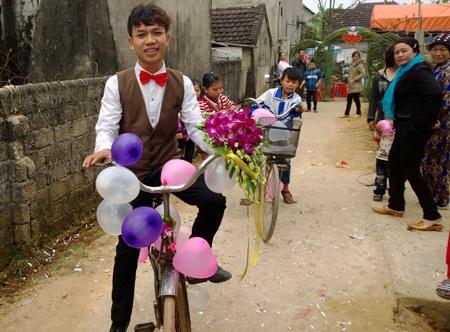 Quyết định đón dâu bằng xe đạp của Quang khiến nhiều người dân trong xóm tò mò, chú ý.