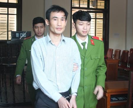 Lê Văn Dung được dẫn giải ra khỏi phiên tòa