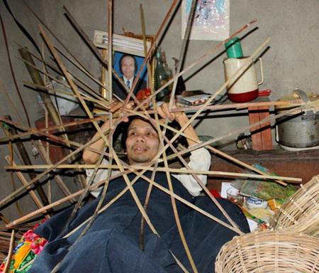 30 năm qua, anh Yến nằm đan lát các vật dụng để kiếm kế sinh nhai nuôi gia đình.
