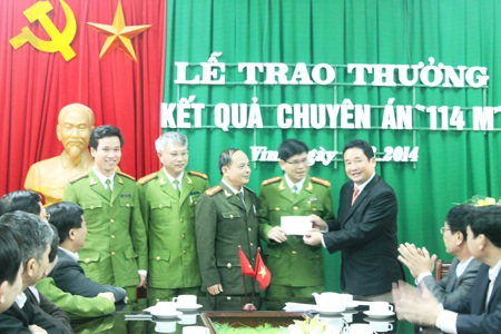 Ban giám đốc Công an tỉnh Nghệ An trao thưởng cho ban chuyên án và các đơn vị phối hợp.
