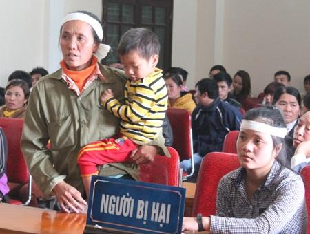Chị Nguyễn Thị Nhung - vợ nạn nhân Trần Văn Thủy cùng các con tới tham dự phiên tòa.