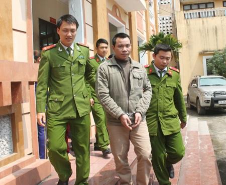Lê Văn Ngọ được dẫn giải ra khỏi phiên tòa.