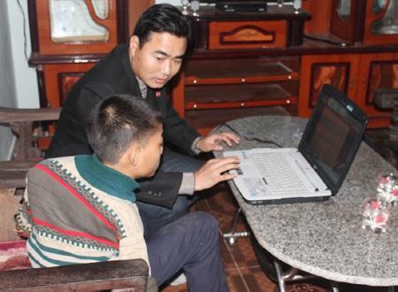 Nhẫn chăm chú theo dõi hướng dẫn sử dụng máy vi tính.