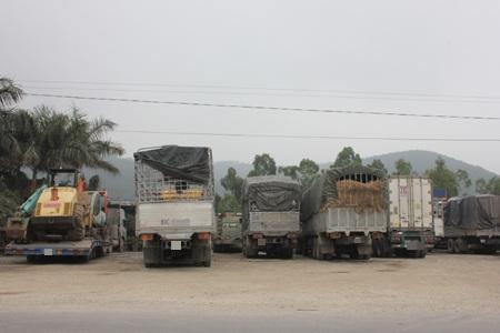 Hàng loạt xe tải án binh bất động tại các cây xăng, quán cơm để né trạm cân.