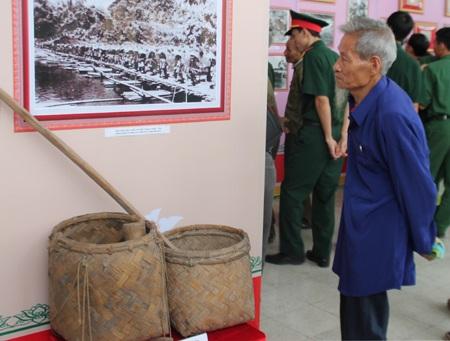 Ông Phan Viết Cường đang xem các bức ảnh và hiện vật về chiến dịch Điện Biên Phủ.