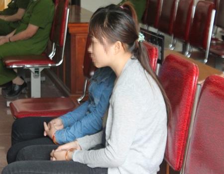 Hà Thị P. (áo trắng) và Lương Thị Đ. - hai cô gái đã bị Lụa lừa bán sang Trung Quốc.