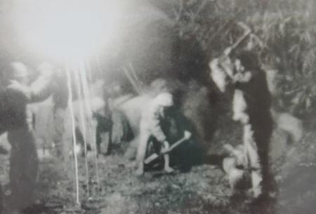 Bộ đội và dân công Liên khu 4 làm đường vào ban đêm để kịp kéo pháo lên Điện Biên.