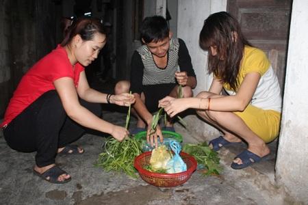 Công nhân KCB Bắc Vinh chuẩn bị bữa cơm chiều với món ăn chủ lực vẫn là rau và đậu phụ.