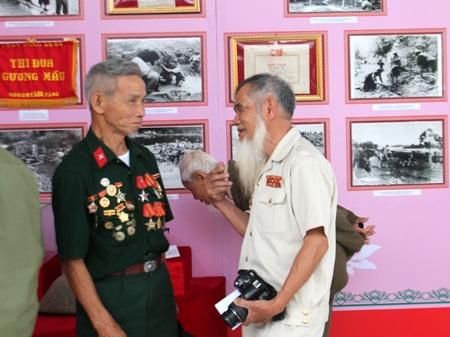 Chiến sỹ Điện Biên Phủ gặp nhau tại triển lãm Điện Biên Phủ - Một thiên sử vàng.