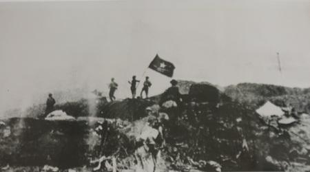 Ngày 7/5/1954, cờ Quyết chiến quyết thắng tung bay trên nóc hầm Đờ-cát.