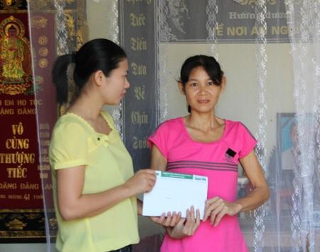 PV Báo Dân trí trao số tiền ủng hộ của bạn đọc cho chị Nguyễn Thị Vịnh.