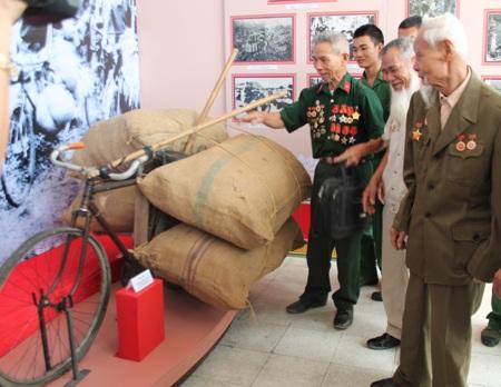 Các chiến sỹ Điện Biên Phủ bên cạnh chiếc xe thồ được trưng bày tại triển lãm.